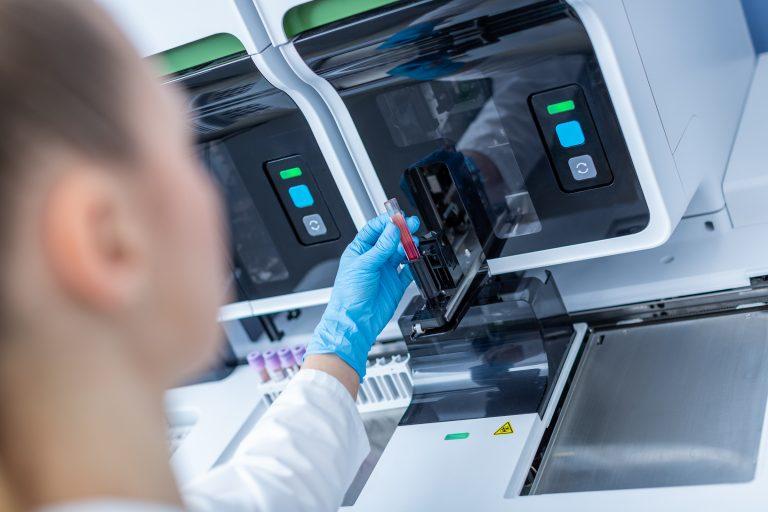 Synevo securizeaza veniturile, laborator analize medicale